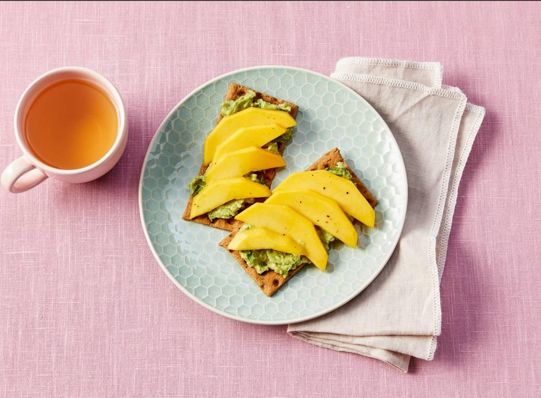 Vezelrijk knäckebröd met avocado en mango