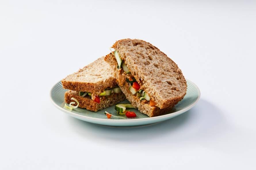 Volkorenbrood met pindakaas en rauwkost komkommer