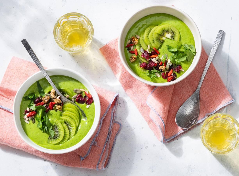Koolhydraatarm ontbijt: smoothie-bowl met spinazie, avocado en kiwi