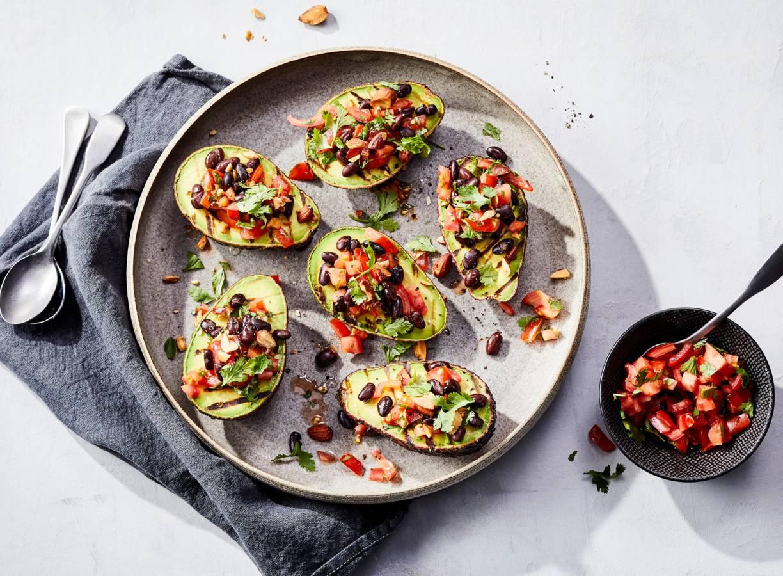 Bbq gegrilde avocado met salsa en zwarte bonen