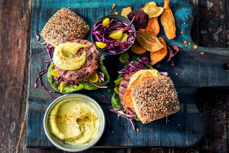 Vegan burger met kerriemayo en groentechips van de BBQ