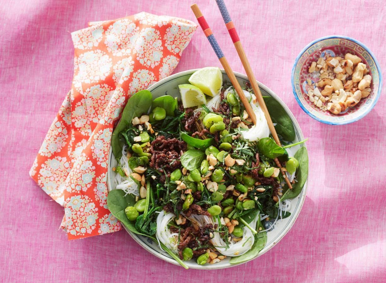 Noedels met gehakt, groenten en cashewnoten