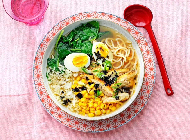 Noedelsoep met kip, spinazie en ei