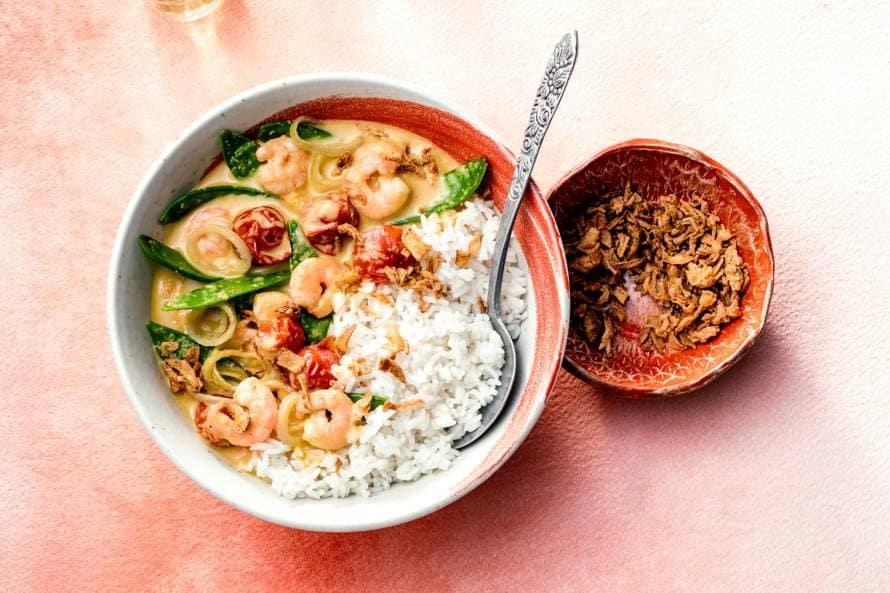 Thaise gele curry met garnalen en peultjes