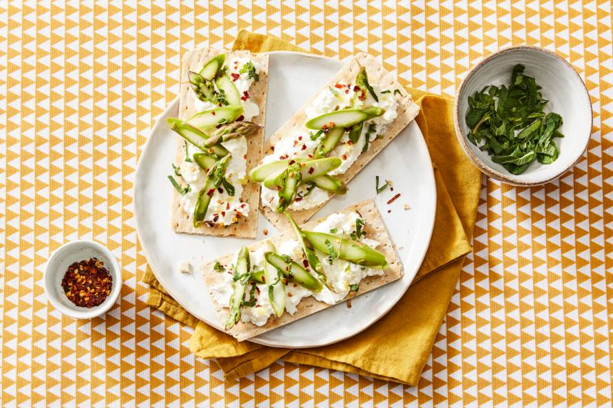 Thin crackers met ricotta-fetaspread en asperges (advertorial)