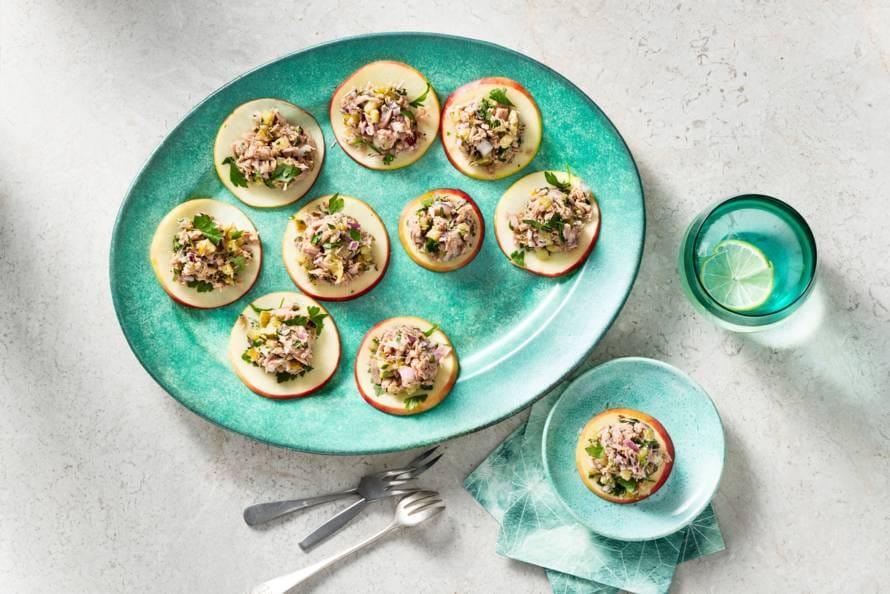 Koolhydraatarm hapje: 'toastjes' van appel met tonijnsalade