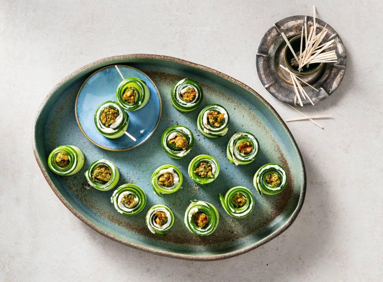 Koolhydraatarme snack: komkommerrolletjes met roomkaas & tomatentapenade