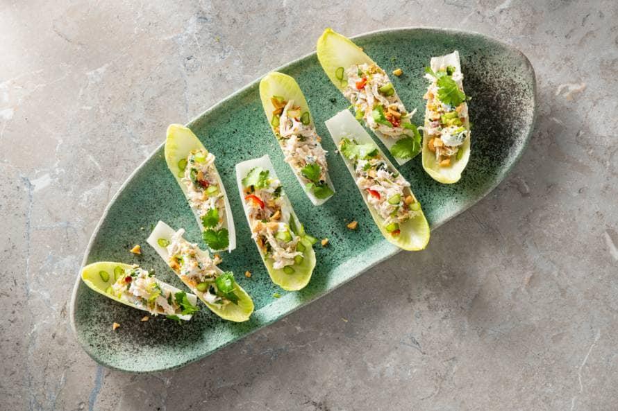 Koolhydraatarme snack: witlofhapje met kip-pindasalade