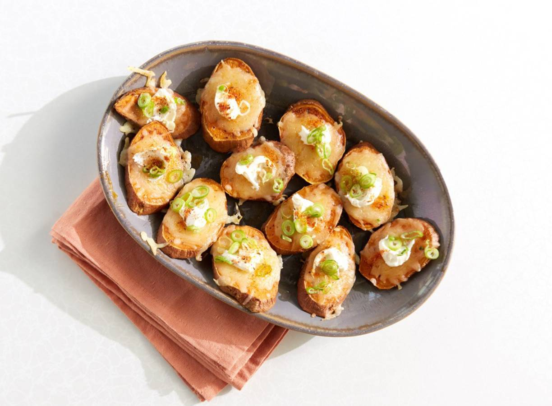 Zoete aardappel-hapjes met kaas en crème fraîche