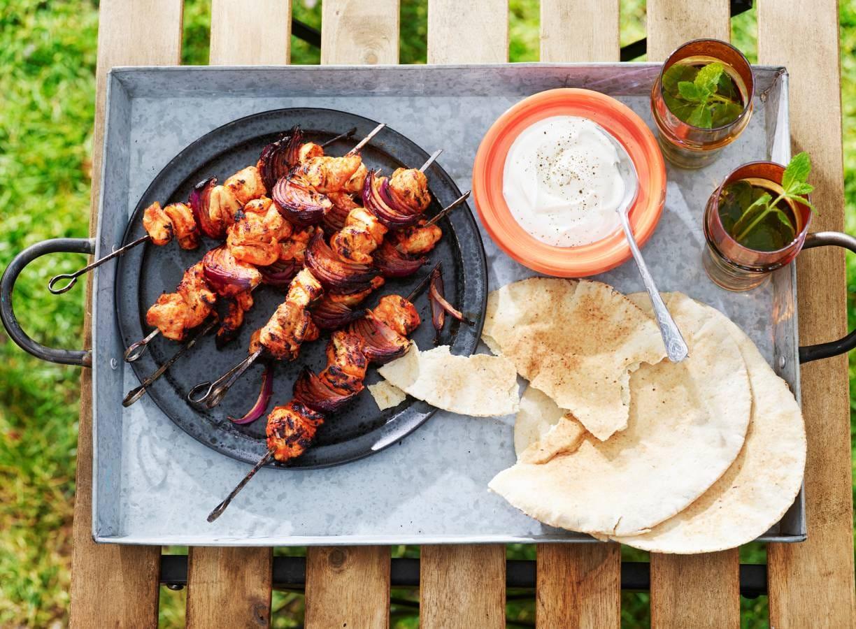 Gemarineerde kipspiesjes van de BBQ met platbrood en knoflooksaus