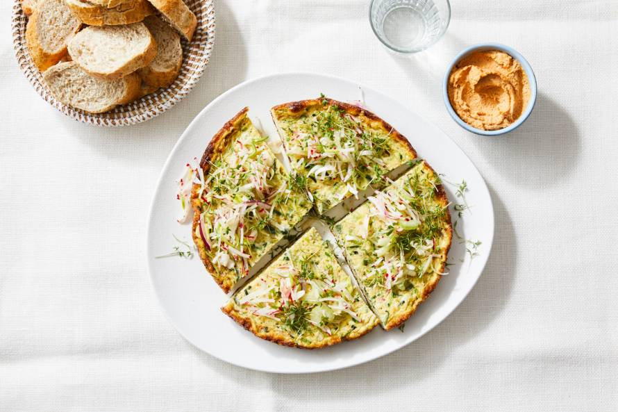 Omelet met courgette-spaghetti en rauwkost