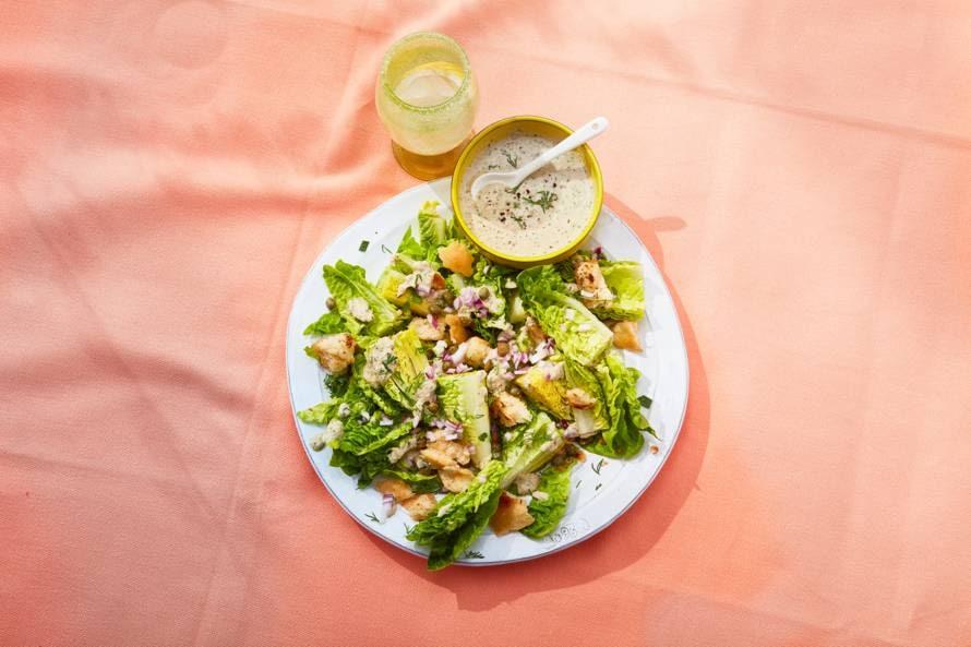 Salade van babyromaine met tonijn, verse kruiden en croutons