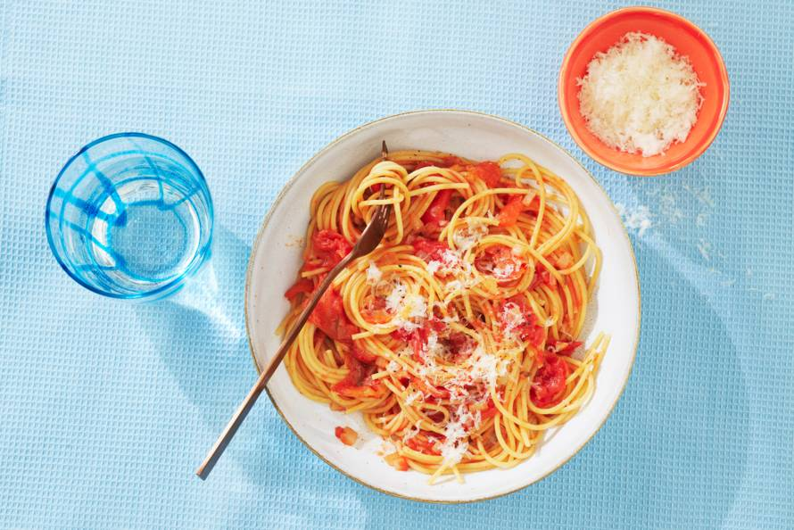 Spaghetti met tomatensaus en parmezaan