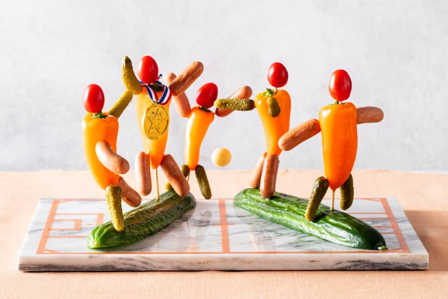 Borrelhapjes van knakworst, paprika en augurk als voetbalmannetjes