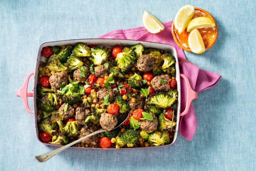 Koolhydraatarme ovenschotel met gehakballetjes en broccoli