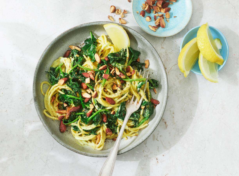 Spaghetti met spinazie en avocado-alliolisaus