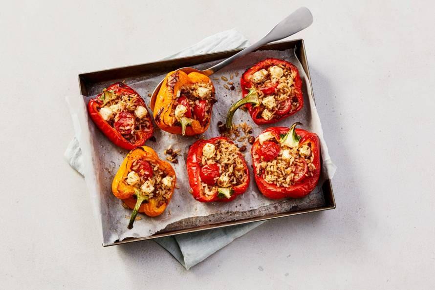 Gevulde paprika's met zilvervliesrijst, rulstukjes, tomaat en witte kaas