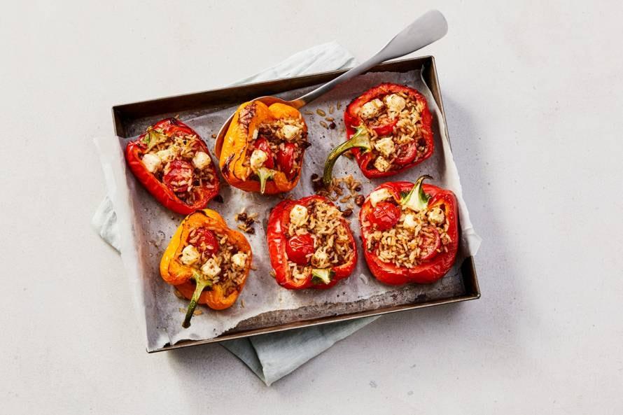 Gevulde paprika's met zilvervliesrijst, rulstukjes,tomaat en witte kaas