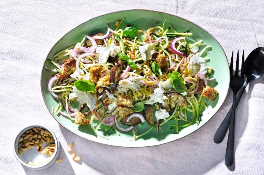 Courgettesalade met gegrilde aubergine en volkorencroutons