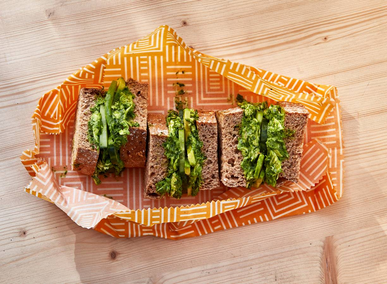 Dikke speltsandwich met kip, avocado en spinaziedressing
