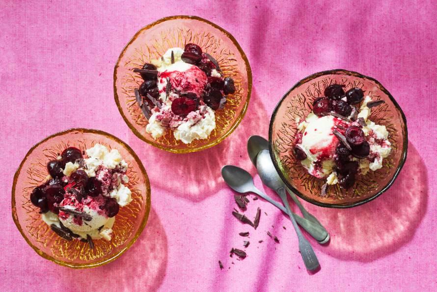 Geroosterde kersen met balsamico, vanille-ijs en chocola
