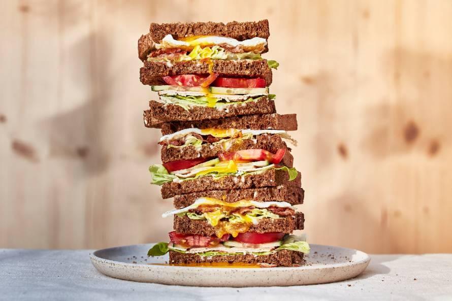 Hollandse club sandwich met spek, kip en gebakken ei