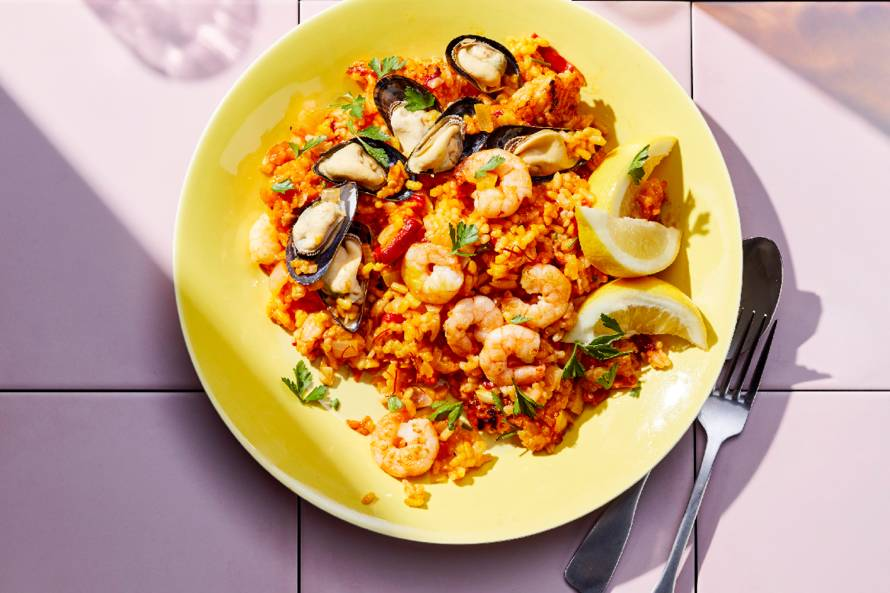 Paella met garnalen en mosselen
