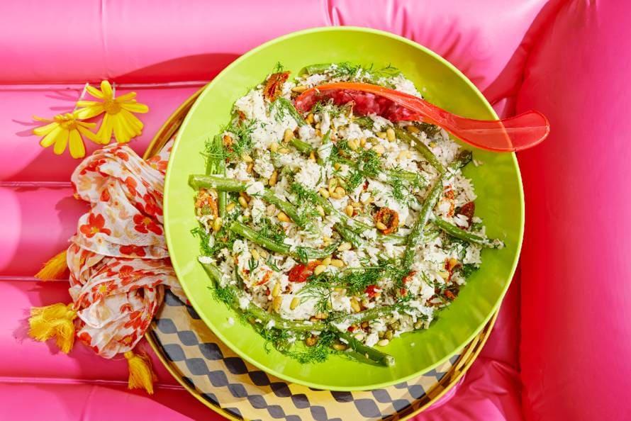 Rijstsalade met sperziebonen en tonijn-dillesaus