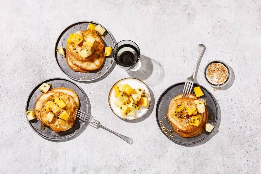 Vegan pancakes met kokos, mango en ananas