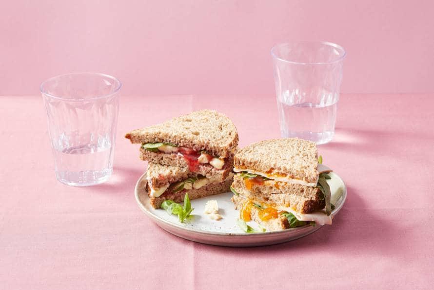 Sandwiches abrikozen-kip en aardbei-brie