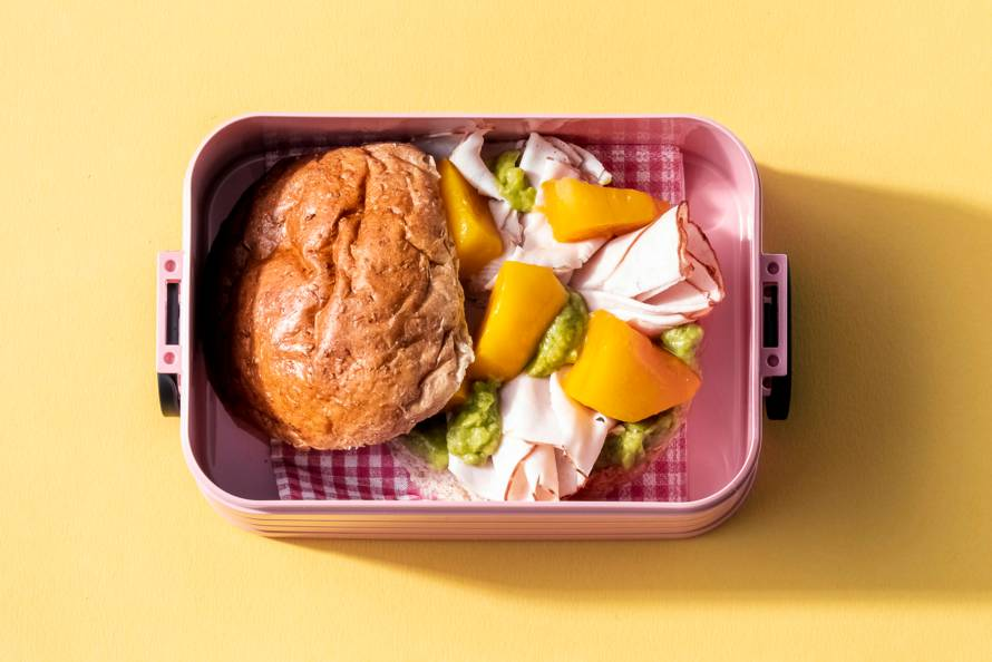 Broodje kipfilet, mango en guacamole