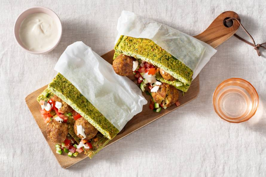 Broccolibroodjes met falafel en tahin-citroensaus (tarator)