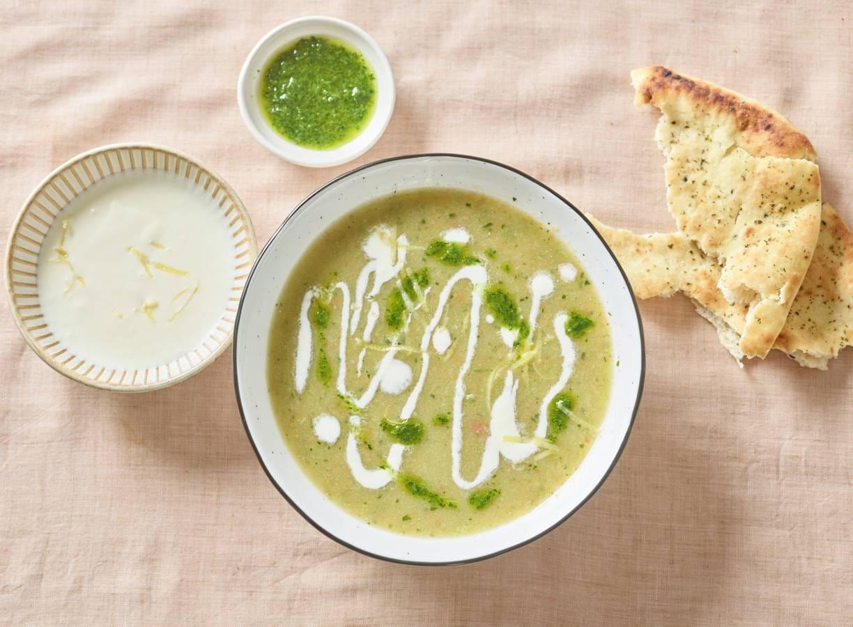 Gladde groentesoep met feta-crème en peterselieolie