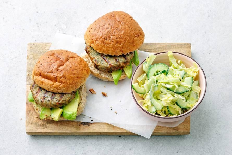 Kipburgers met volkorenbroodje en rauwkostsalade