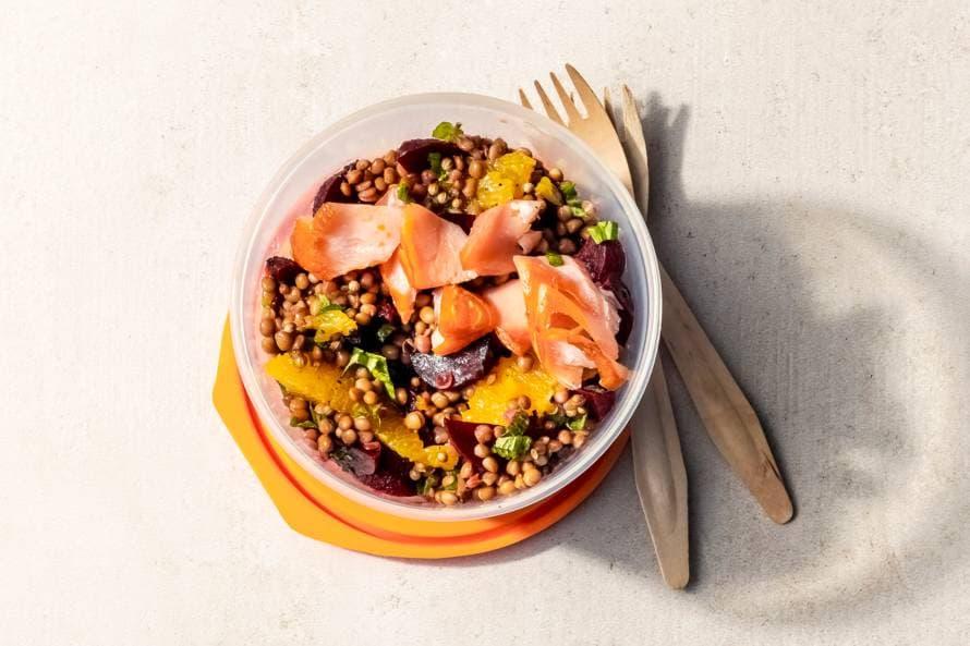 Salade met bietjes, zalm, sinaasappel en munt