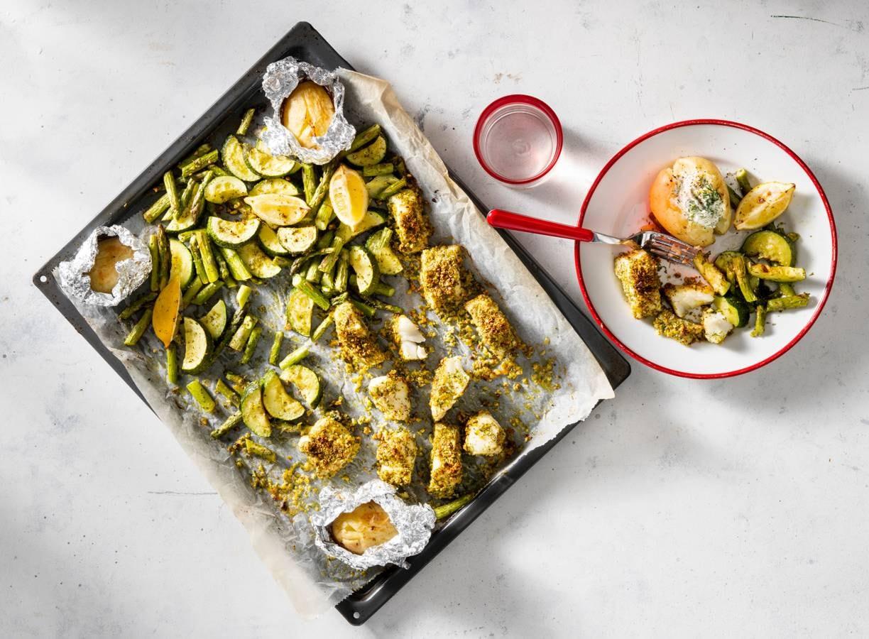 Traybake van kabeljauw, groene asperges en gepofte aardappel