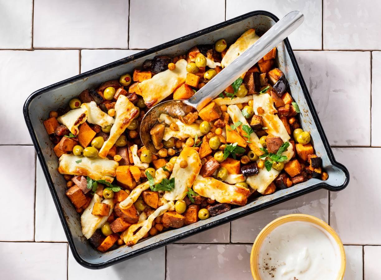 Traybake van zoete aardappel, kikkererwten en knapperige halloumi