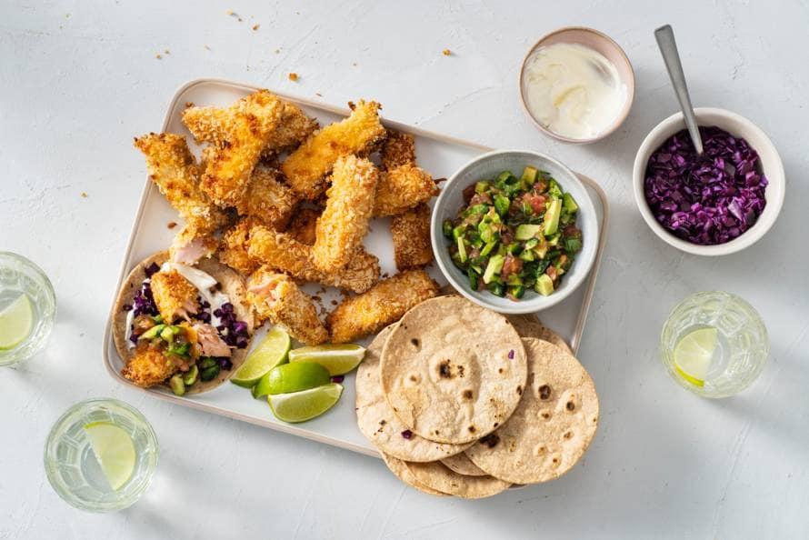 Zalmvissticks uit de oven met taco's en salsa