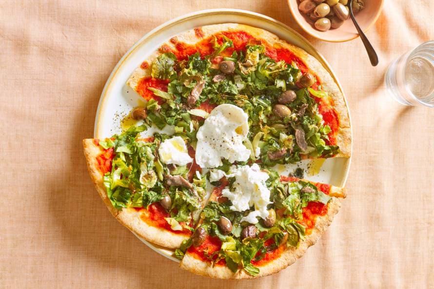 Pizza met andijvie, anjovis en burrata