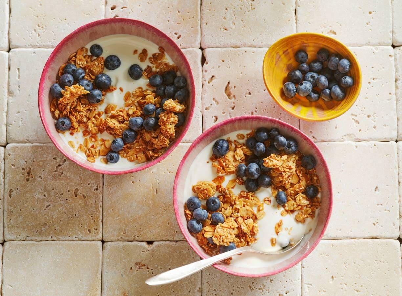 Sesamgranola met yakult-yoghurt
