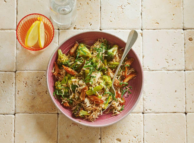 Vega kiproerbak met groene groenten en rijst