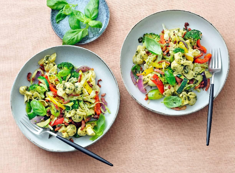 Gevulde pasta met spek, Italiaanse roerbakgroente en pesto