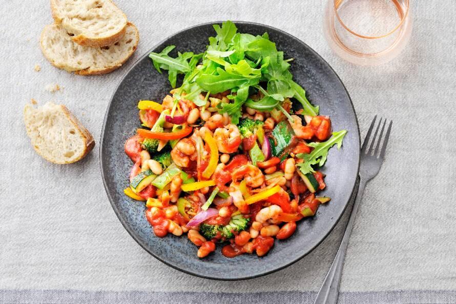 Italiaanse roerbakgroente met cannellini bonen en garnalen in tomatensaus