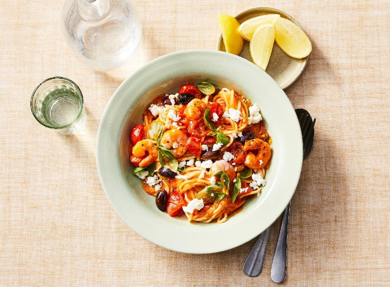 Bio pasta met garnalen, feta en tomatensaus (advertorial)
