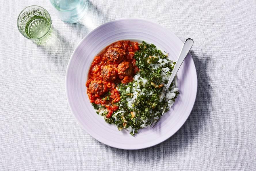 Rijst met vegaballetjes, boerenkool, knoflook en tomatensaus