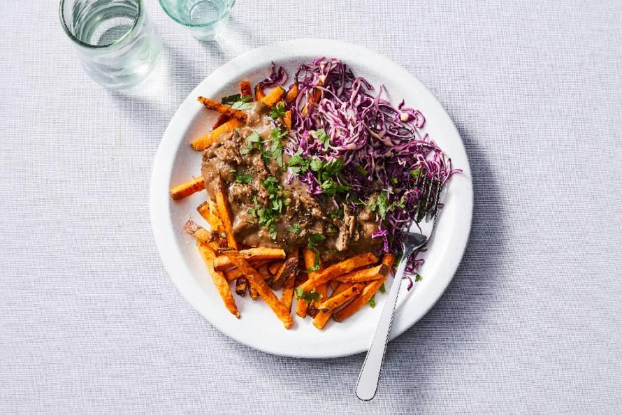 Stoofvlees met zoete-aardappelfriet en rodekoolsalade