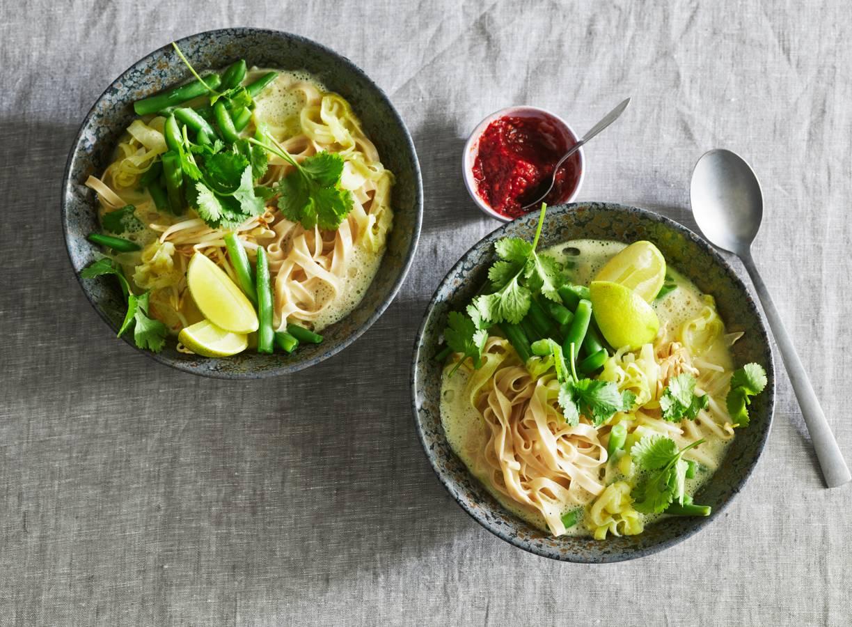Groene-currysoep met groenten, noedels en taugé