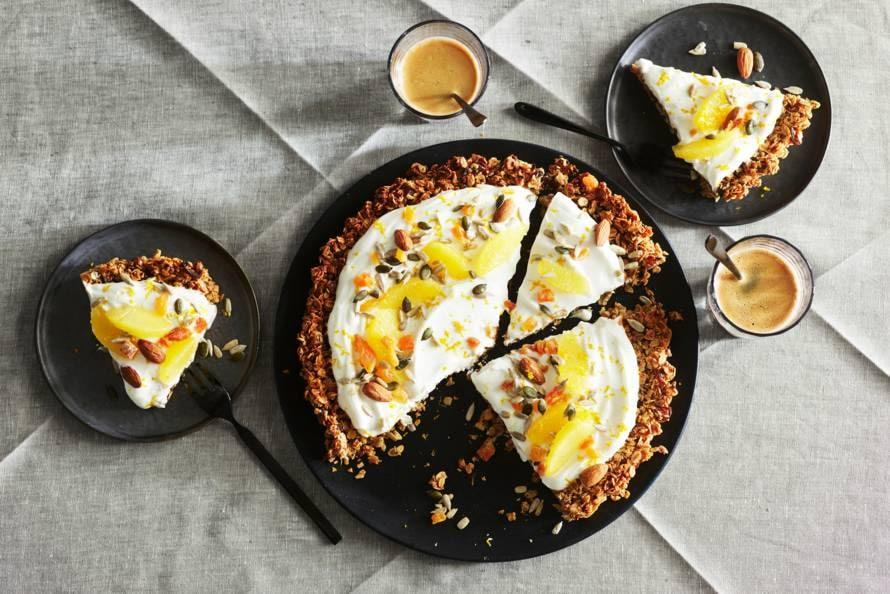 Muesli-ontbijttaart met skyr en sinaasappel