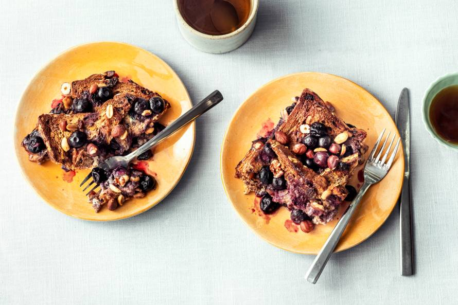 Broodpudding met volkorenmuesli-notenbrood, bosbessen en sinaasappel