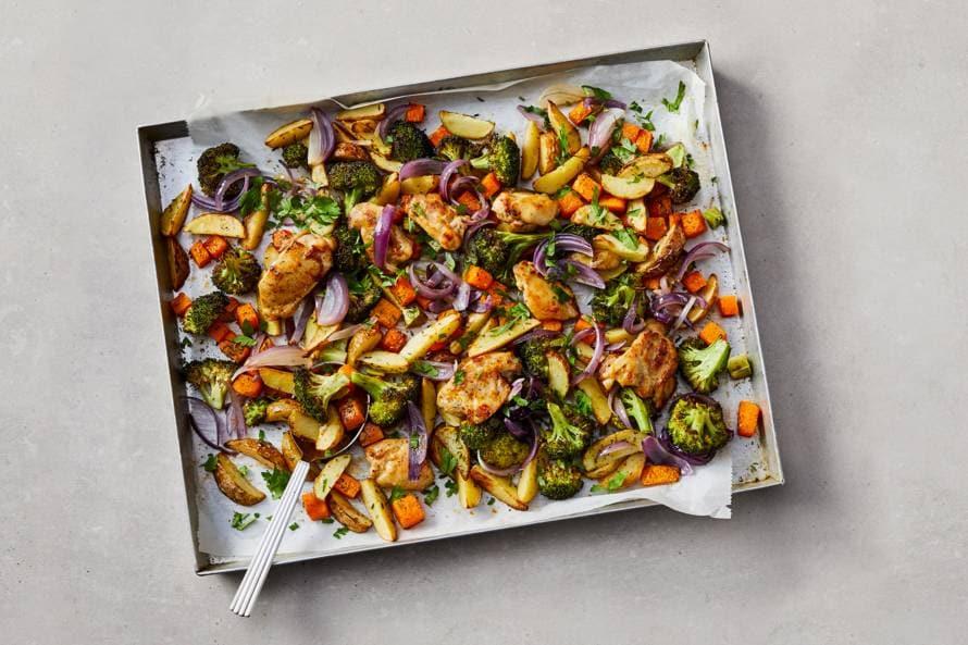 Geroosterde groente met aardappelpartjes, kip en sinaasappel